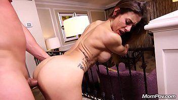 Gostosa tatuada transando no motel com amigo